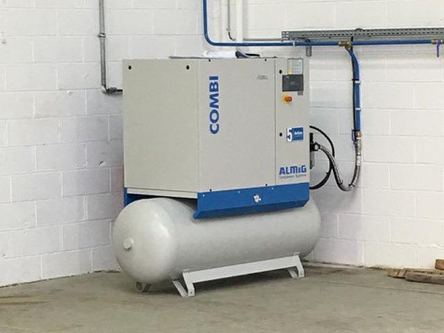 Compresseur d'air comprimée avec réseau d'air comprimée