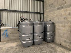 Poteaux équipés d'enrouleurs et réseau de distribution des fluides